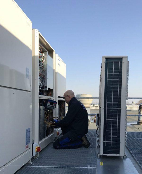 De airconditioning service van Schilt biedt onderhoud aan een installatie
