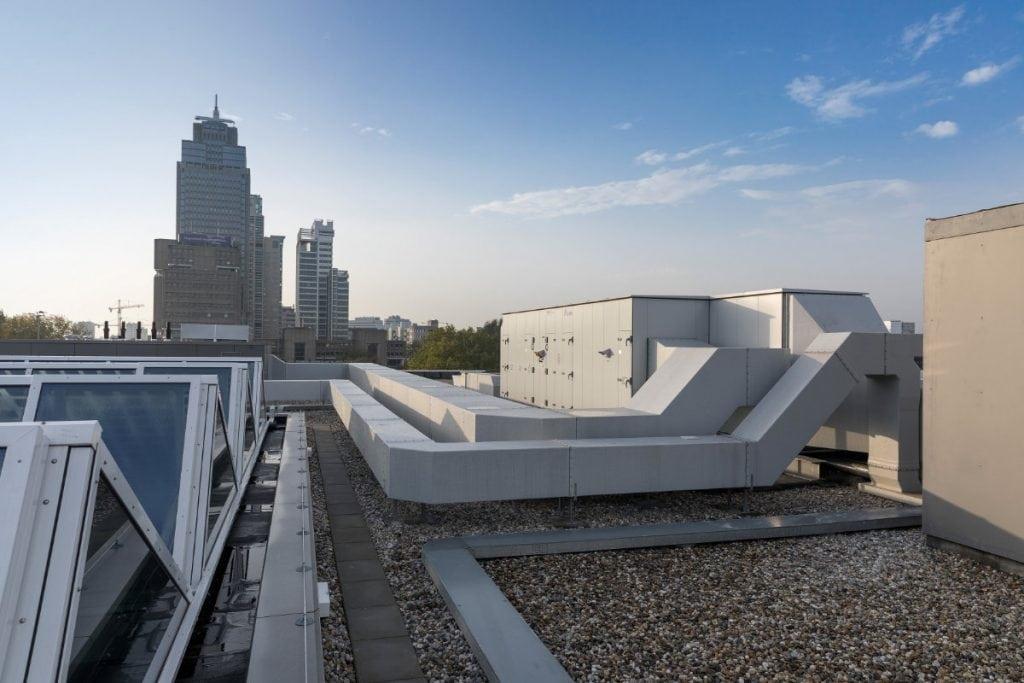 Luchtkanalen op een dak