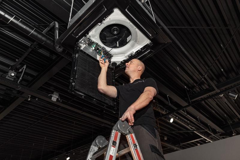 De airconditioningstoring wordt opgelost door een monteur